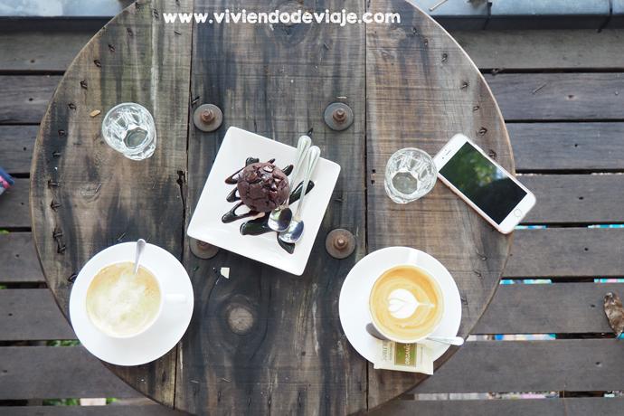 Desayuno en cafetería bonita en Chiang Mai