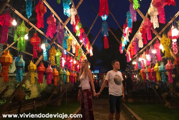 Templo Wat Lok Moli durante las festividades del Loy Krathong y el Yee Peng