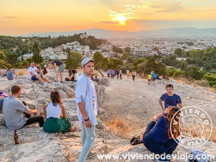 Ver la puesta de sol desde el Areópago, un imprescindible que hacer en Atenas