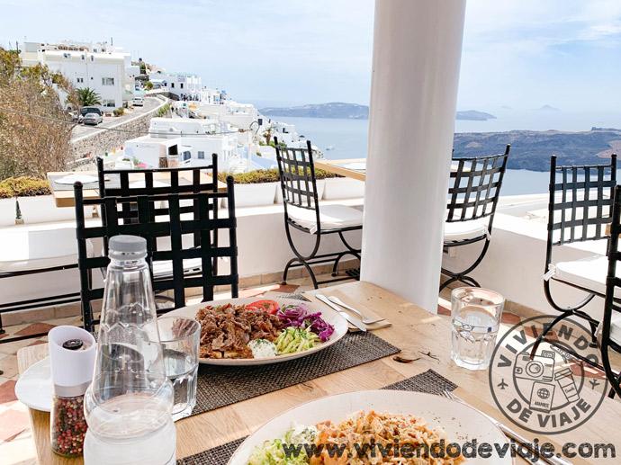Un lugar con vistazas donde comer en Santorini