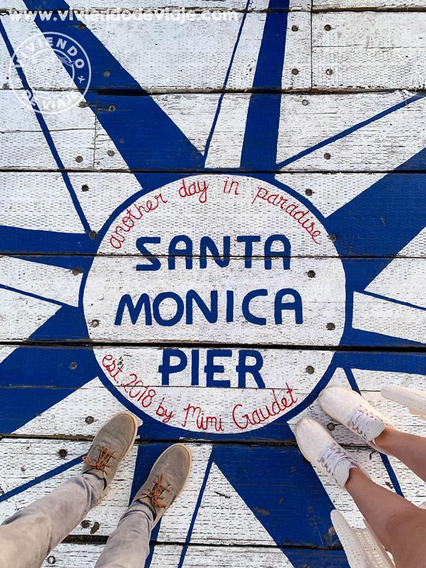 Marca en el suelo en el muelle de Santa Monica