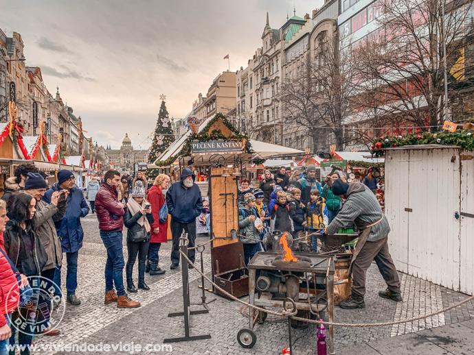 Herrero tradicional en el mercado de Wenceslao en Praga