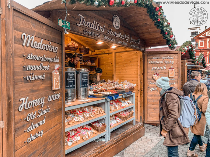 Puestos de comida en el mercado de Navidad del Castillo de Praga