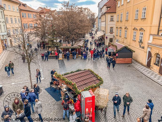Mercados de Navidad cerca del puente de Carlos de Praga