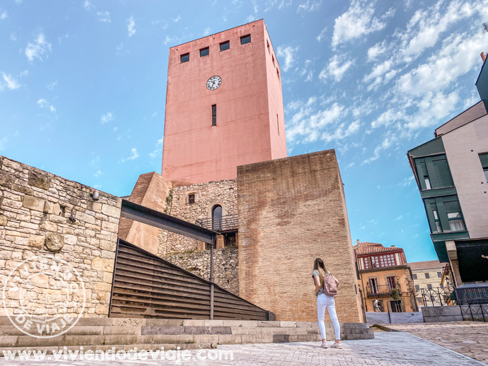 Torre del reloj en el barrio de Cimavilla