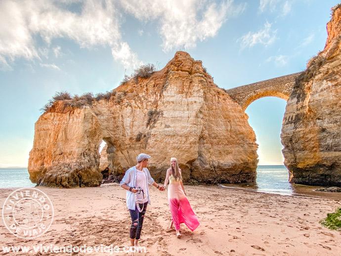 Ver el amanecer desde la praia dos Estudantes, una de las cosas que hacer en el Algarve